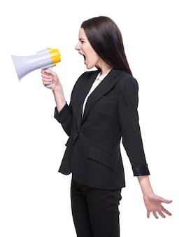 Jeune femme parle dans un mégaphone