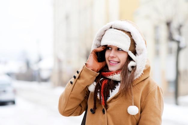 Jeune femme, parler téléphone