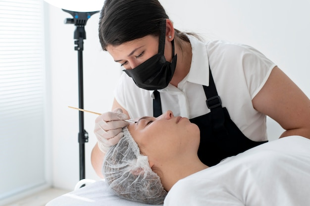 Jeune femme passant par une procédure de microblading