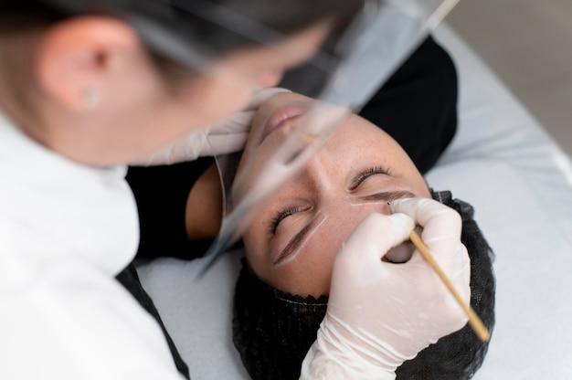 Jeune femme passant par un traitement de microblading