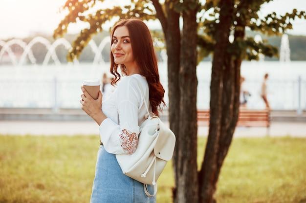 Jeune femme passer du bon temps dans le parc lors de son week-end