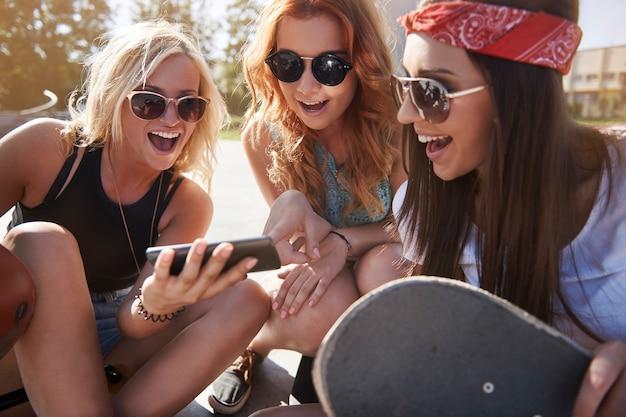 Jeune femme, passer du temps ensemble, dans, skatepark