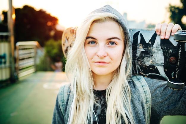 Jeune femme patineur marchant concept actif