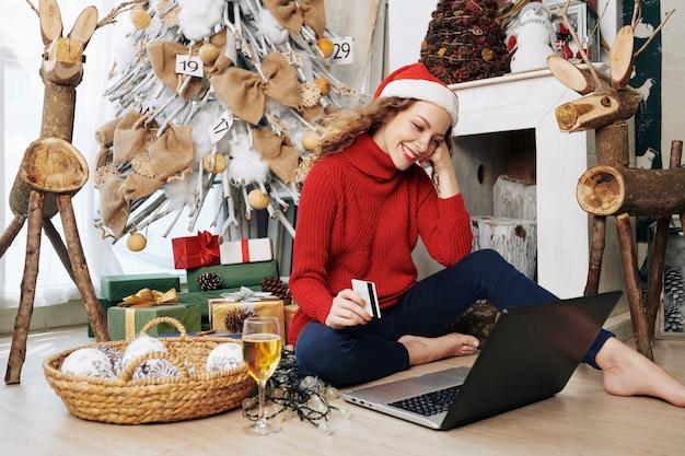 Jeune femme payant pour les achats en ligne