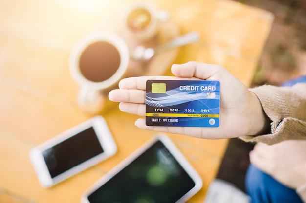 Jeune femme, payer, café, par, carte crédit