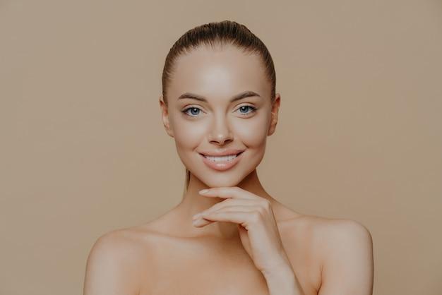 Jeune femme avec une peau propre et éclatante