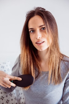 Jeune femme peignant les cheveux