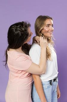 Jeune femme peignant son visage d'amis pour protester