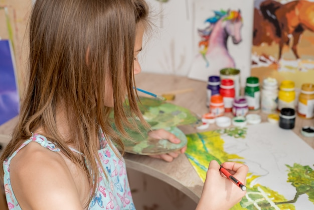 Jeune femme peintre caucasienne travaillant dans une toile d'art studio