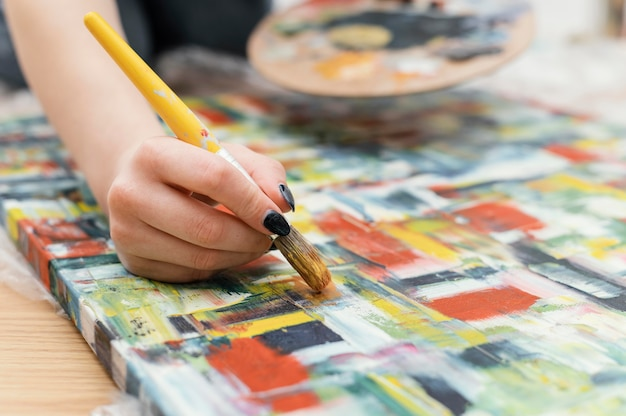 Jeune femme peinture à l'acrylique