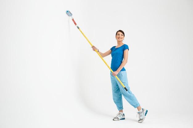 Jeune femme, peinture, mur, faire, réparation, travaux