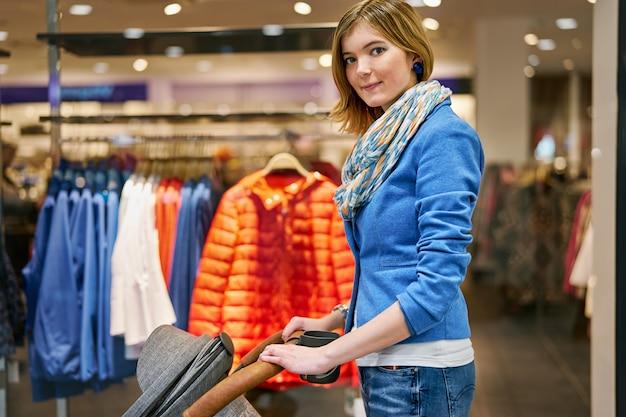Jeune femme pendant les courses