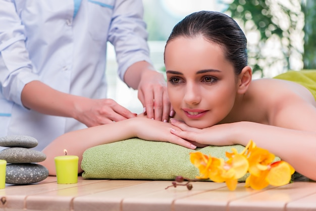 Jeune femme pendant une séance de massage