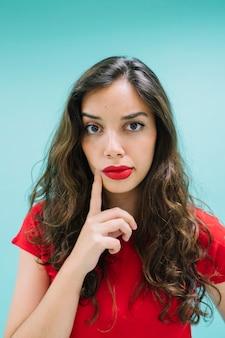 Jeune femme pensant au premier plan