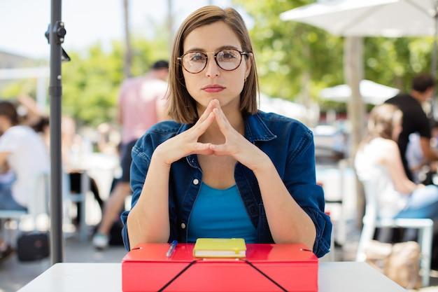 Jeune femme à la pensée de l'université