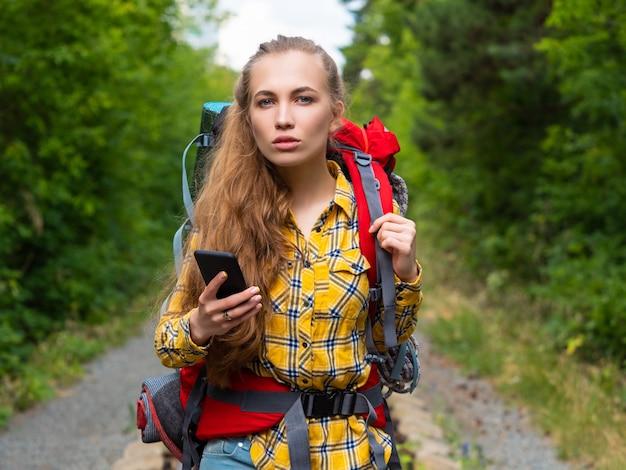 Une jeune femme perdue dans la forêt