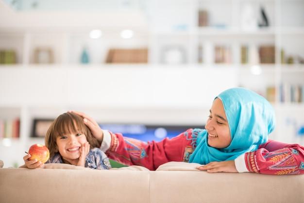 Jeune femme avec petit enfant à la maison