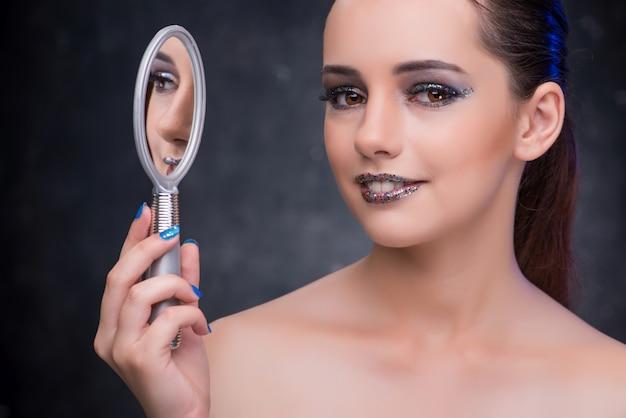 Jeune femme avec petit miroir