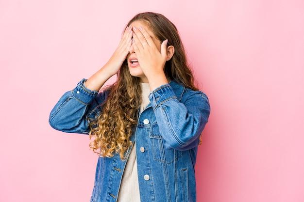 Jeune femme peur couvrant les yeux avec les mains