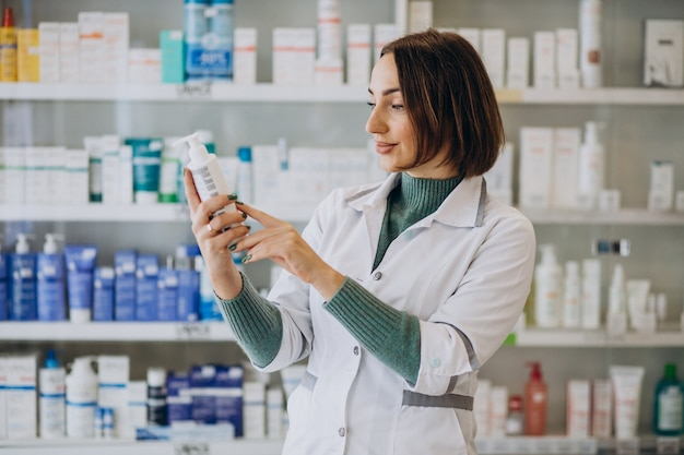 Jeune femme pharmacien à la pharmacie