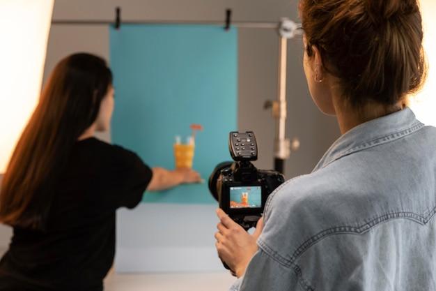 Jeune femme photographe de produits dans son studio