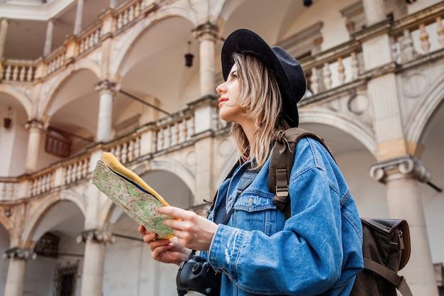 Jeune femme, photographe professionnel avec caméra dans le vieux château