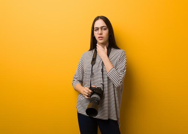 Jeune femme photographe toux, malade à cause d'un virus ou d'une infection