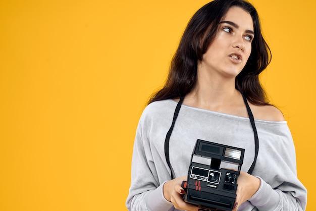 Jeune femme photographe avec un vieil appareil photo