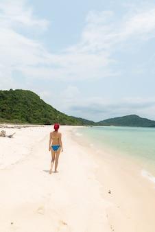 Jeune femme sur la plage