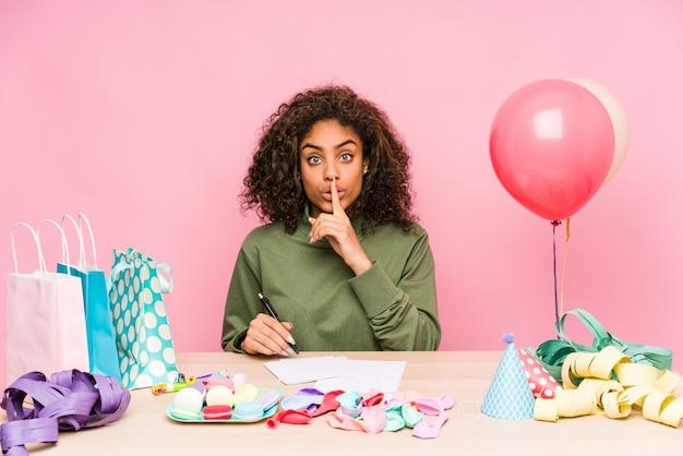 Jeune femme planifiant un anniversaire en gardant un secret ou en demandant le silence