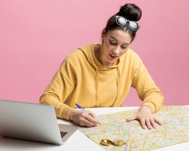 Jeune femme planifiant une nouvelle aventure