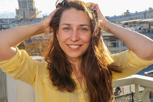 Une jeune femme en plein air