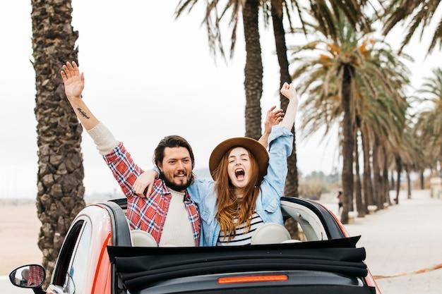Jeune, femme pleure, et, homme heureux, à, haut, mains, étreindre, et, pencher dehors, de, voiture