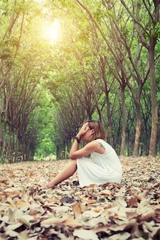Jeune femme pleure en plein air