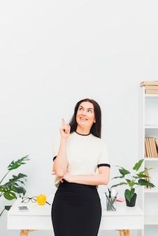 Jeune femme, pointage doigt, haut