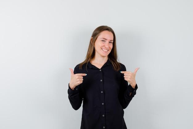Jeune femme pointant sur elle-même