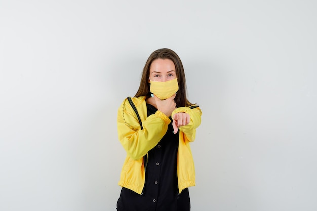 Jeune femme pointant avec l'index