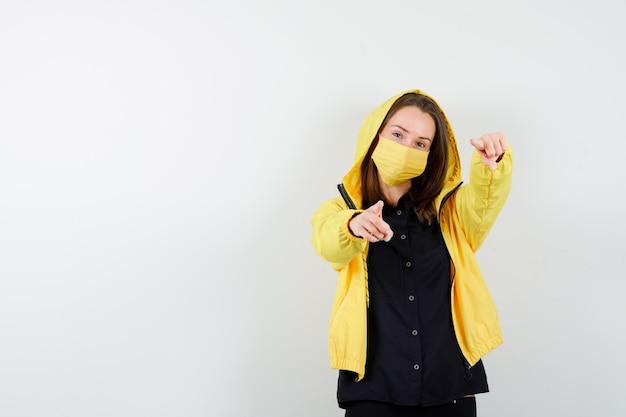 Jeune femme pointant avec l'indexd