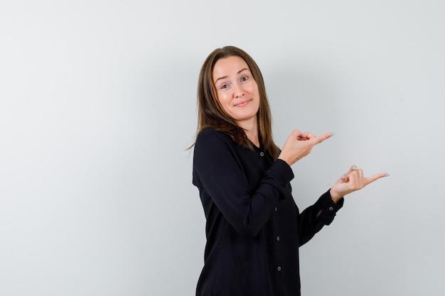 Jeune femme pointant vers la droite et à la confusion