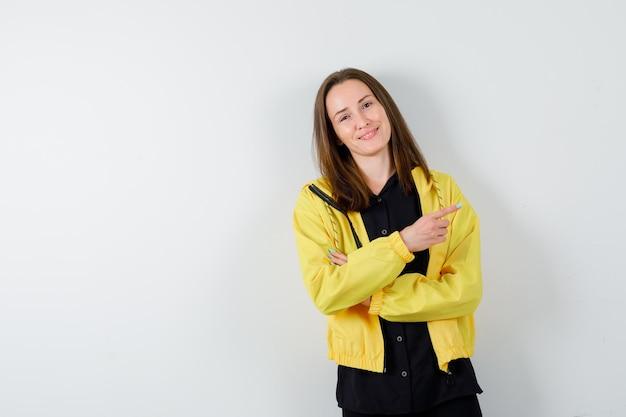 Jeune femme pointant vers la droite avec l'index
