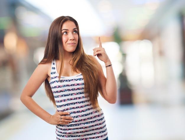 Jeune femme pointant vers le haut