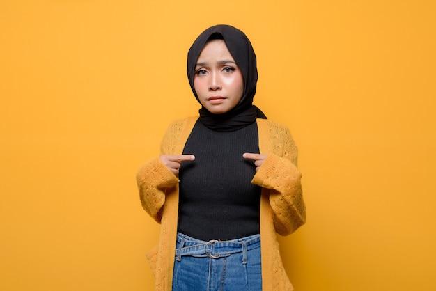 Jeune femme pointant vers soi