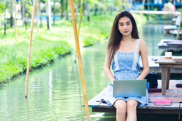 Jeune femme, portable utilisation, dans parc
