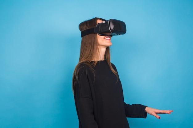 Jeune femme portant un appareil de réalité virtuelle. concept de technologie, réalité virtuelle et personnes.