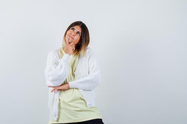 Jeune femme portant un cardigan blanc