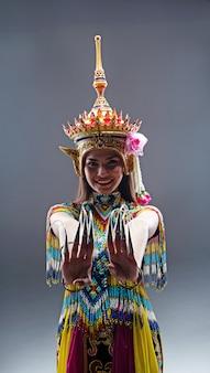 Jeune femme portant un costume du sud de la tradition thaïlandaise en perles colorées