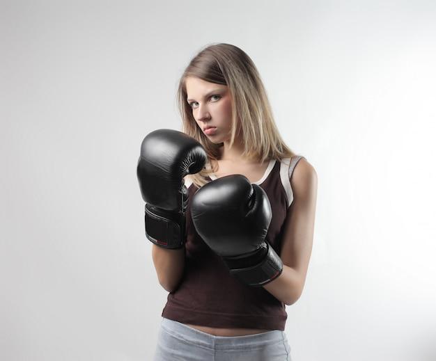 Jeune femme portant des gants