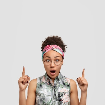 Jeune femme portant des lunettes rondes et bandana coloré