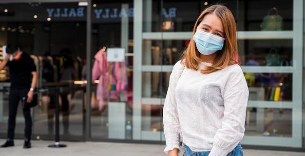 Jeune femme portant un masque facial dans la rue