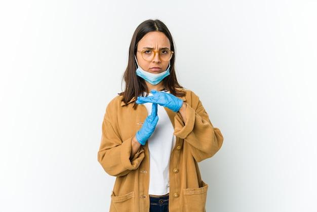 Jeune femme portant un masque pour se protéger de covid montrant un geste de temporisation